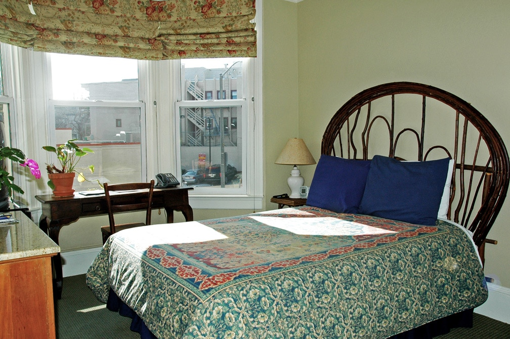 Room With A Double Bed At San Francisco Bed And Breakfast, The Willows Inn